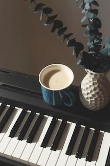 ピアノの背景に花瓶にユーカリ