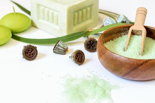 健康的なボディケアのためのユーカリ天然物石鹸と塩