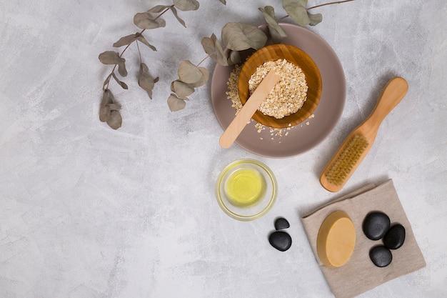 ユーカリポプラの葉。オーツ麦;油;みがきます;ラストーンと石鹸のコンクリートの背景