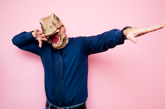 腕を上げた恐竜の頭を持つ陶酔男