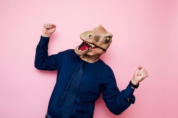 くいしばられた握りこぶしで恐竜の頭を持つ陶酔男