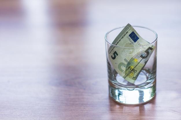 ガラスの瓶にユーロ紙幣
