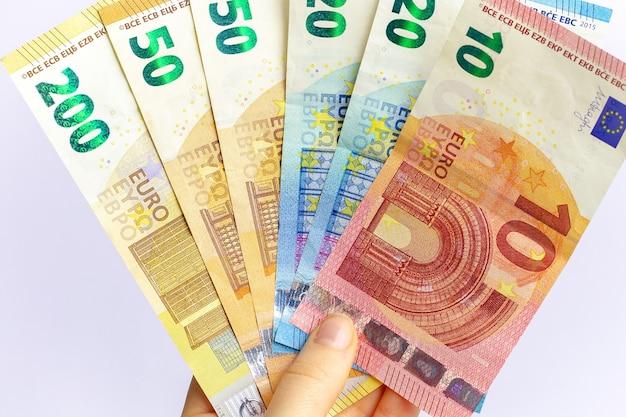 여자 손에 유로 지폐 연말에 세금을 납부하는 개념
