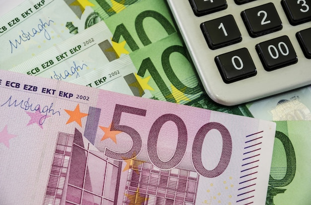 ユーロ紙幣と電卓のクローズアップ