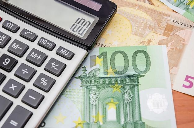 Банкноты евро и калькулятор