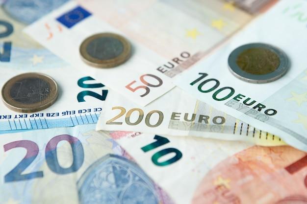 ユーロ紙幣と硬貨の背景。お金と財政の概念。