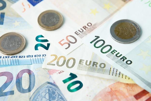ユーロ紙幣と硬貨の背景
