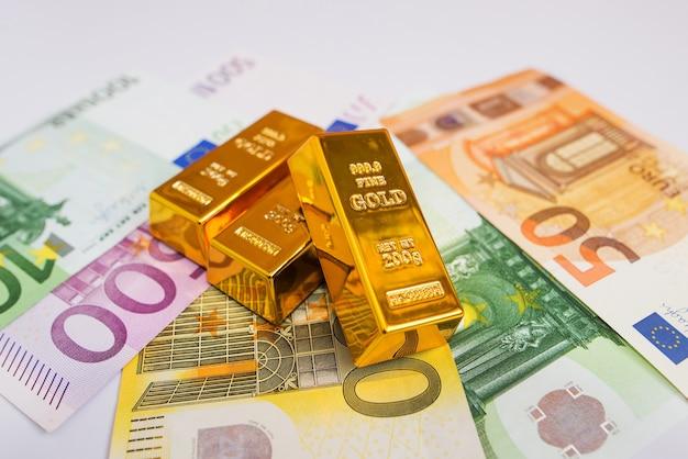 ユーロ紙幣と金のインゴットがクローズアップ