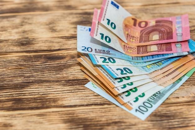 木製の机のファンのユーロ紙幣