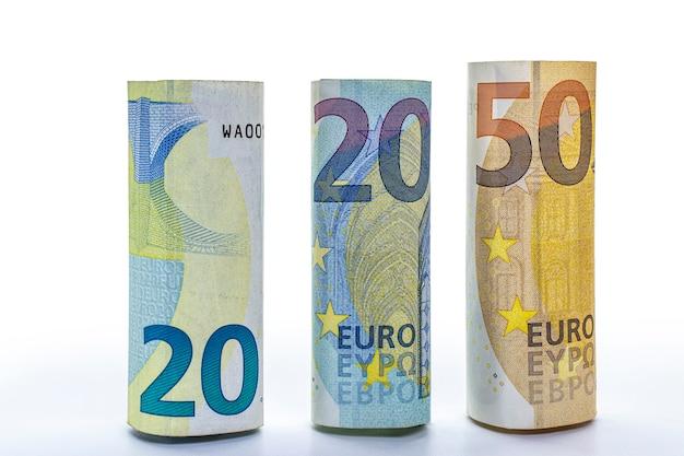 유로 지폐는 튜브에 굴렀다. 유럽 연합 돈. 확대. 격리 된 흰색 배경입니다. 디자인에 대한 개념.