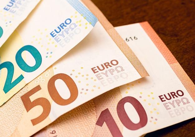 クローズアップ写真での欧州連合の通貨であるユーロ紙幣
