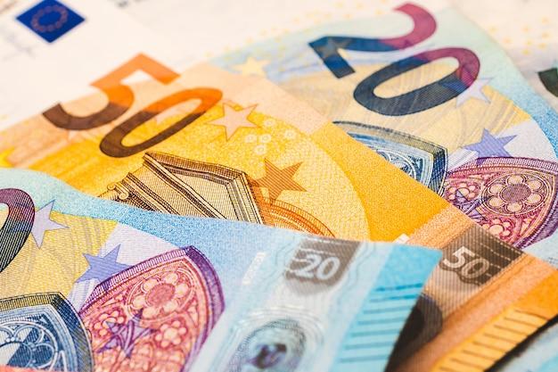 Банкноты евро, являющиеся валютой европейского союза, в фотографии крупным планом