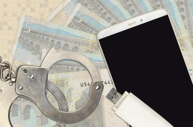 Купюры евро и смартфон с полицейскими наручниками