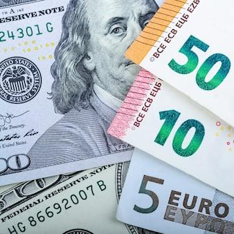 Купюры евро. различные купюры на сером пространстве. 5, 10, 50 евро.