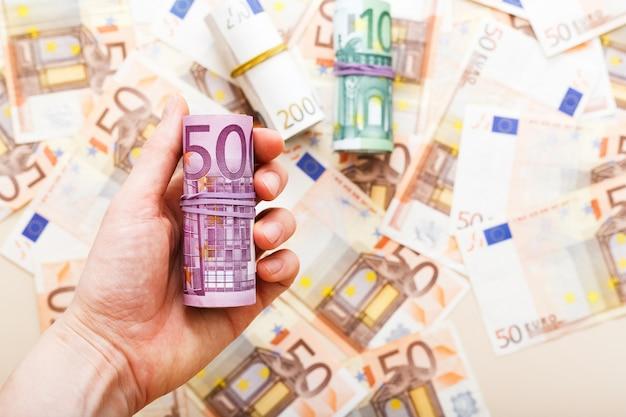 ユーロは手にお金を請求します。ファイナンス節約銀行の概念。為替相場