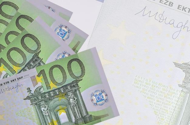 Купюры евро на белом фоне