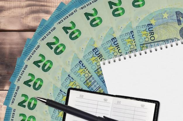 木製のテーブルのユーロ紙幣