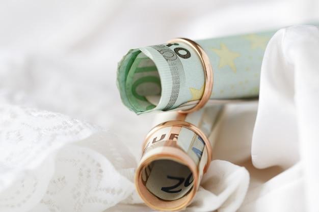 結婚指輪とユーロ紙幣