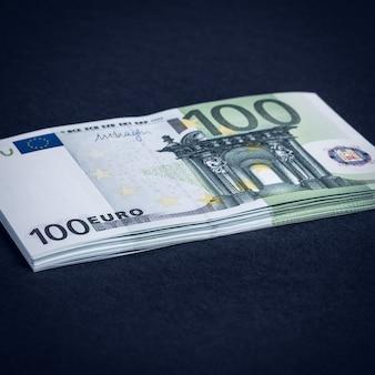 ピンクと黒の背景にユーロの現金。ユーロマネー紙幣。ユーロマネー。