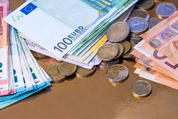金で隔離されるユーロ硬貨と紙幣