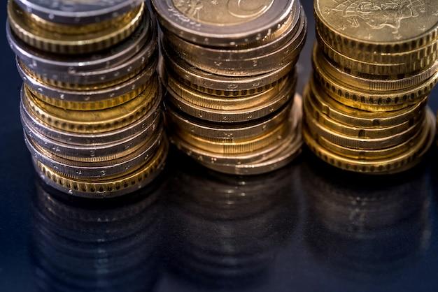 黒に分離されたユーロ硬貨、クローズアップ