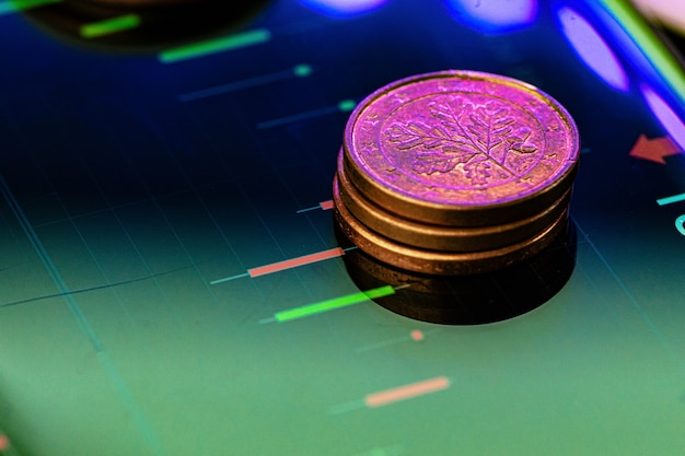 주식형 차트에 유로 동전입니다. 금융 투자 개념. 확대.