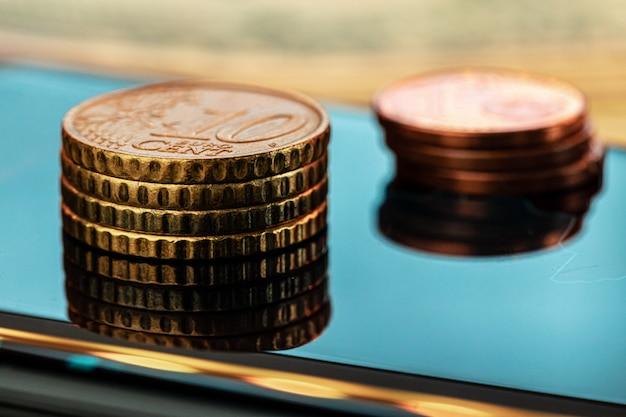 Монета евро на биржевом графике. концепция финансовых инвестиций. закройте