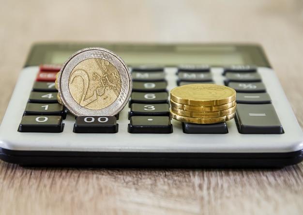 Монеты евро на калькуляторе крупным планом