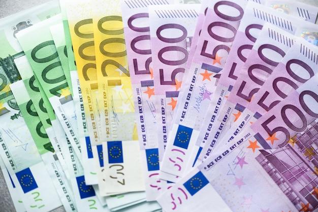ユーロ通貨のお金の紙幣。支払いと現金の概念500ユーロ紙幣の解約を発表。