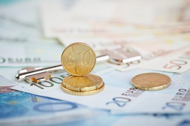 ユーロのお金:紙幣と硬貨のクローズアップ。財務コンセプト