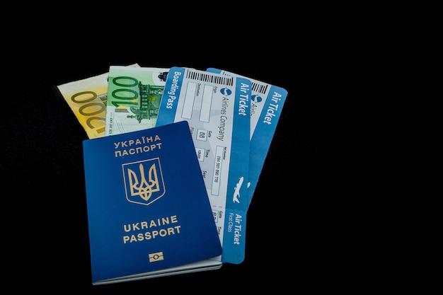 검정색 배경에 유로, 여권 및 항공 티켓. 모형 빈 빈, 복사 공간 프리미엄 사진
