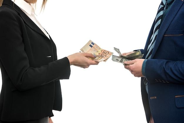 白で隔離されるビジネス パートナー間のユーロドル通貨交換契約