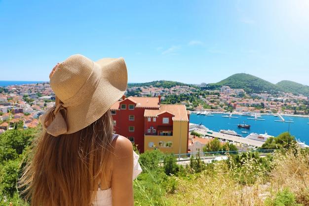 Женщина путешествия по европе, глядя на город дубровник с точки зрения, хорватия, европа