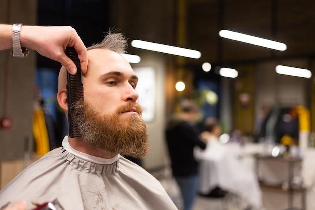 理髪店で髭を切ったヨーロッパの残忍な男