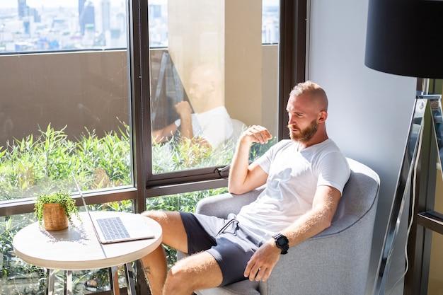 Европейский деловой человек в белой рубашке работает на расстоянии
