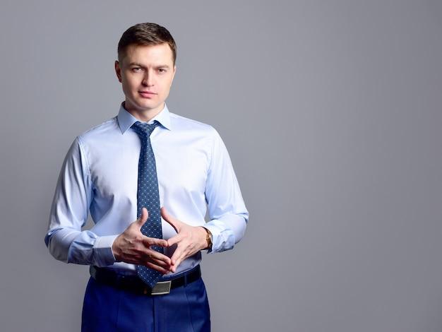 가벼운 셔츠와 넥타이에 유럽 사업가 자신있게 보인다