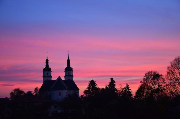 夕方の空を背景にヨーロッパのカトリック教会