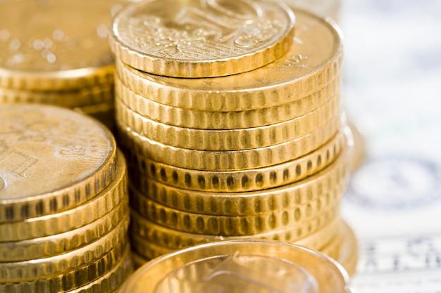 Европейские монеты номиналом 50 центов лежат на долларах сша