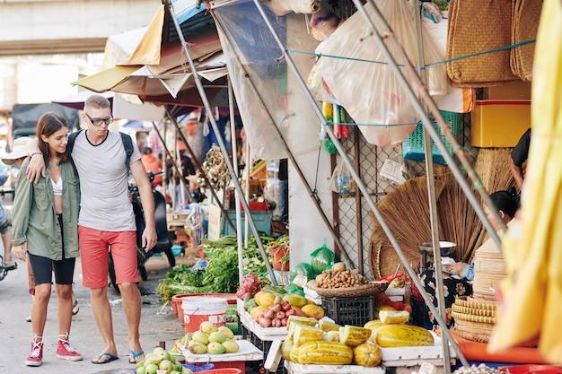 Европейская пара на азиатском уличном рынке