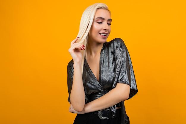 Европейская элегантная девушка модель позирует на желтом