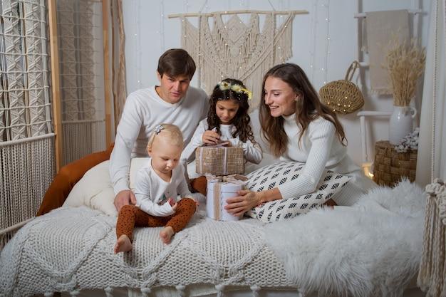선물과 함께 침대에 앉아 유럽 가족