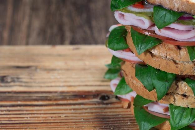 肉と野菜のヨーロッパのファーストフードサンドイッチ、軽食