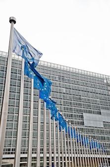 Европейские флаги перед зданием берлаймонт, брюссель, бельгия