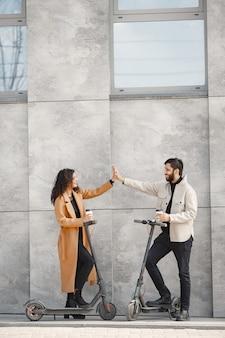 유럽 소녀 anindian 남자 타고 스쿠터와 미소.