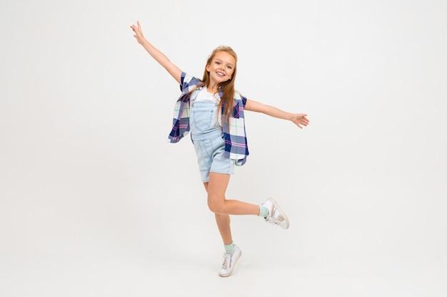 흰 벽에 점프 유럽 소녀