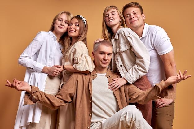 Европейская группа молодых друзей позирует вместе