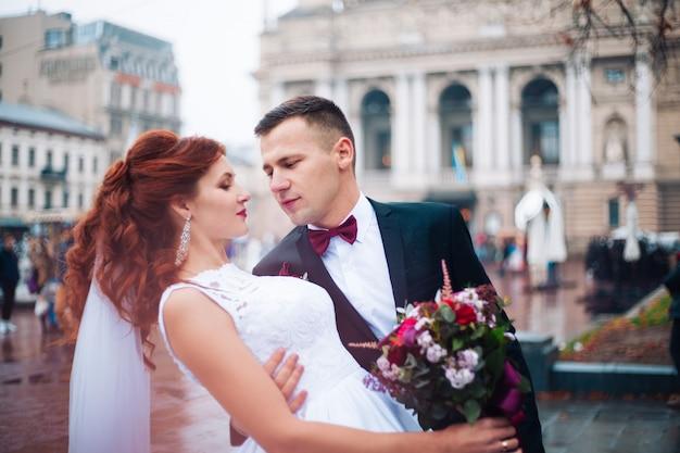 Европейская счастливая романтическая пара празднует свой брак