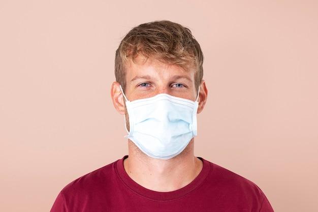 Uomo europeo che indossa una maschera facciale nella nuova normalità