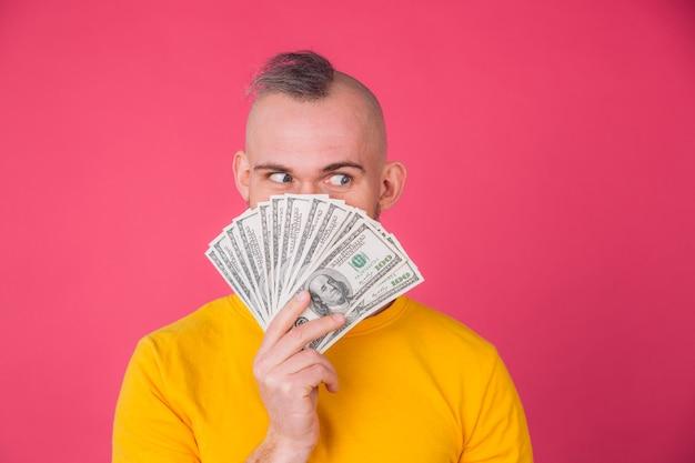 Европейский мужчина с вентилятором на положительном изолированном пространстве за 100 долларов