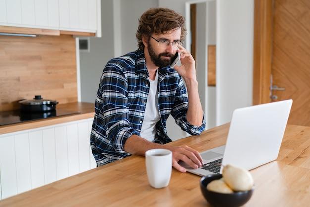 Европейский мужчина работает из дома